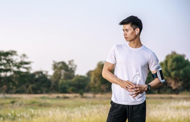 Los hombres se calientan antes y después de hacer ejercicio