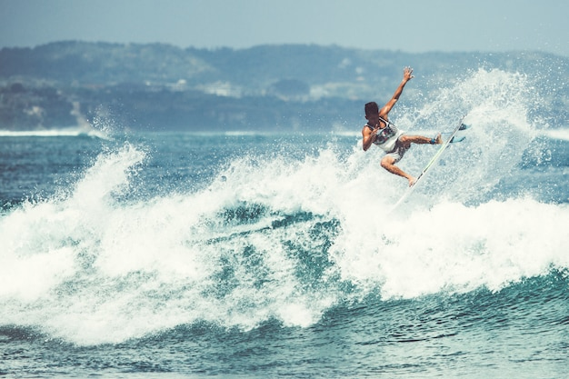 Los hombres y las chicas están surfeando