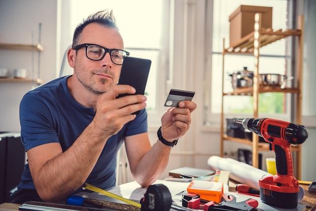 Hombres comprando en línea durante la renovación de la cocina