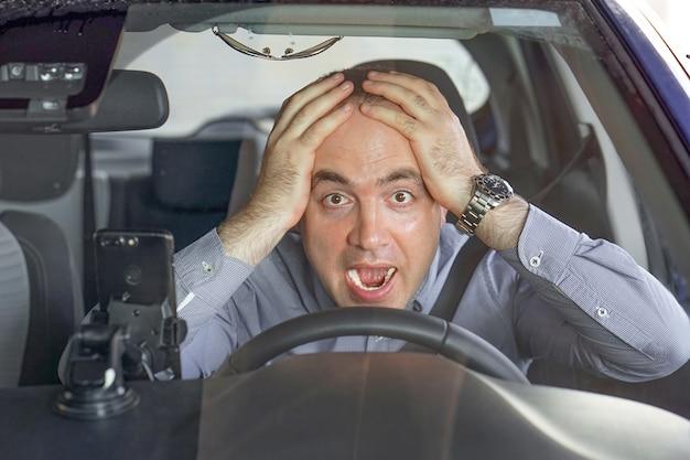 Hombres conduciendo. emoción. gritando, asustado.