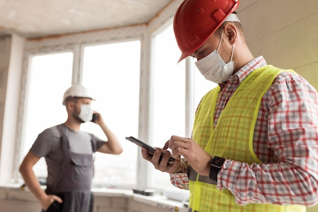 Hombres constructores de tiro medio trabajando