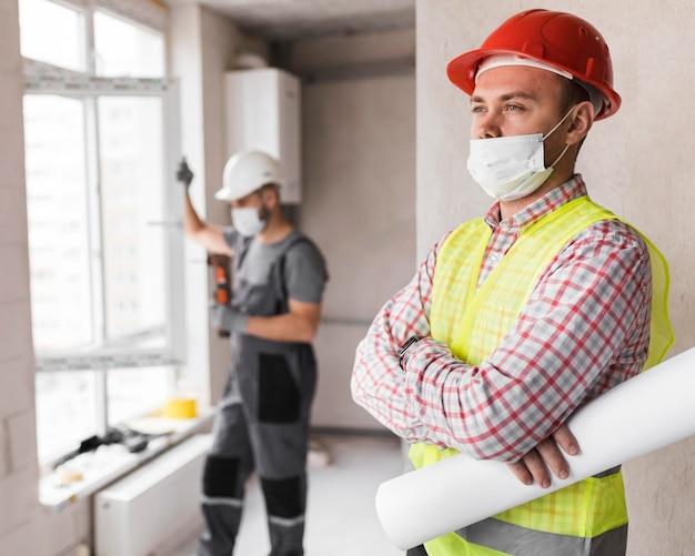 Hombres constructores de tiro medio en el trabajo