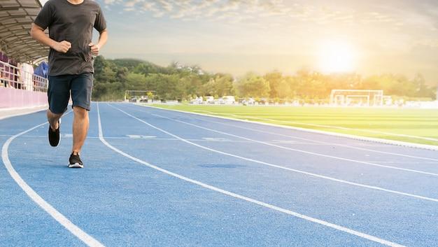 Hombres corredores corriendo por la salud en el campo