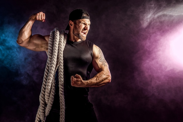 Hombres con cuerda de batalla, entrenamiento funcional