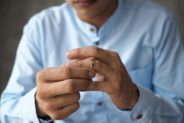 Los hombres decidieron quitarse el anillo de bodas y prepararse para divorciarse de los documentos.