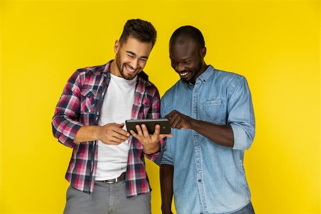 Los hombres disfrutan viendo videos en la tableta