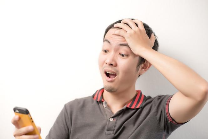 Hombres en rayas mirando smartphone en su brazo con conmocionado