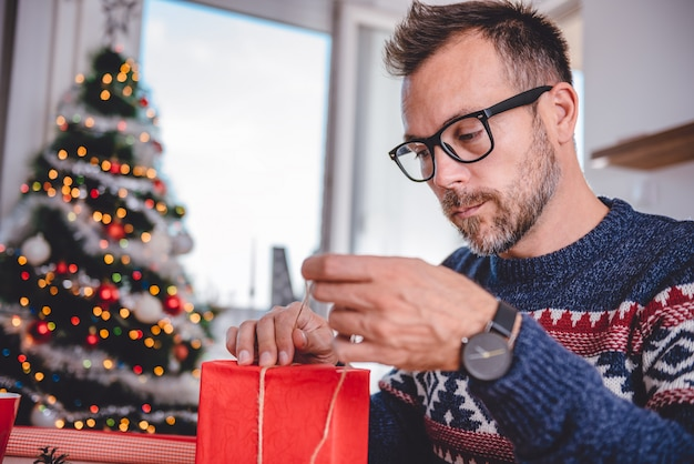 Hombres envolviendo regalos de navidad
