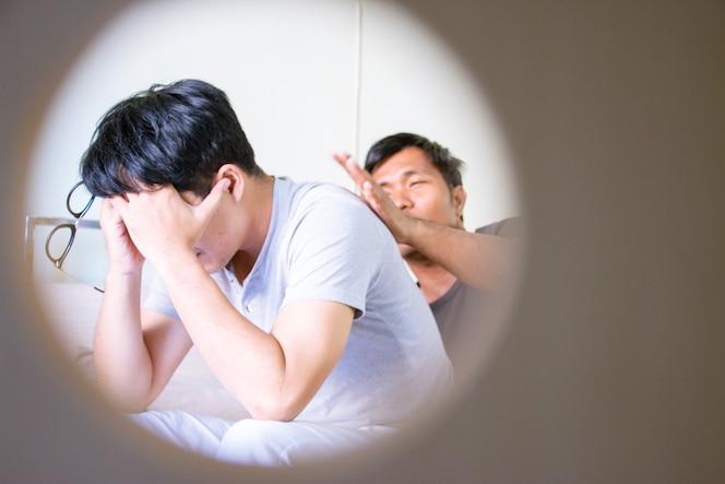 Hombres estresados en relación homosexual