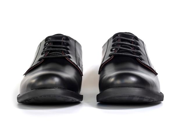 Los hombres forman los zapatos negros de cuero aislados en blanco. vista frontal