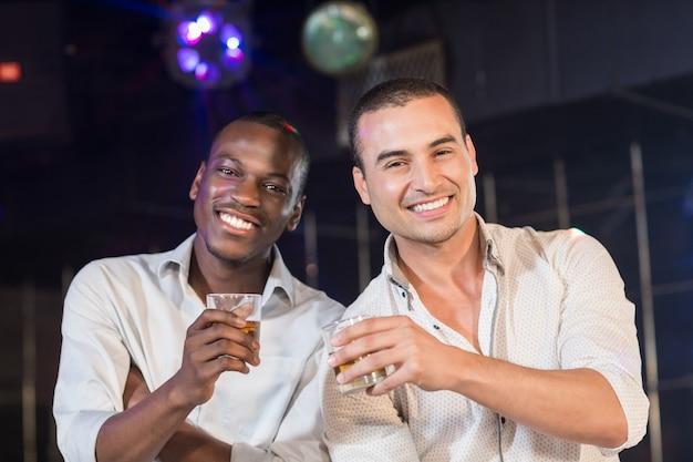 Hombres guapos bebiendo juntos