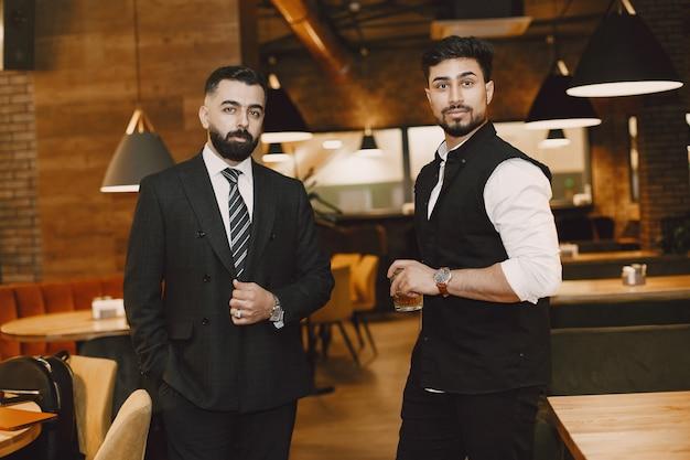 Hombres guapos en un restaurante