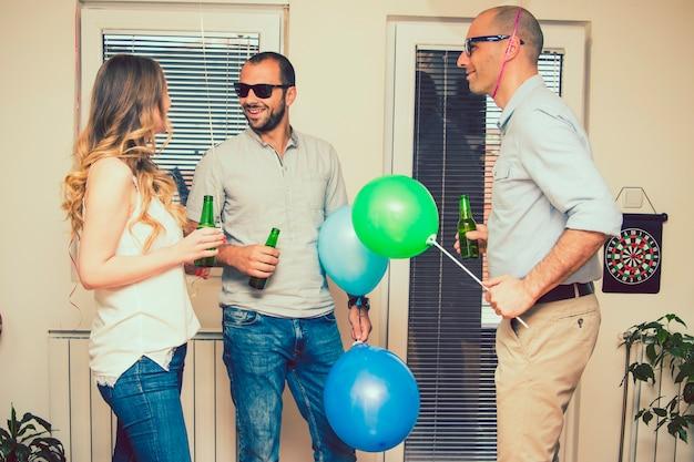 Hombres hablando con una mujer en la fiesta