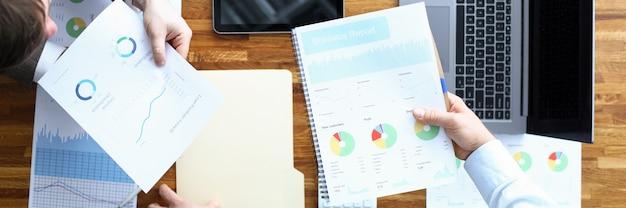 Los hombres hacen contrato de análisis estadístico, gestión