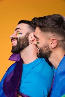 Hombres homosexuales abrazándose y tocándose amorosamente