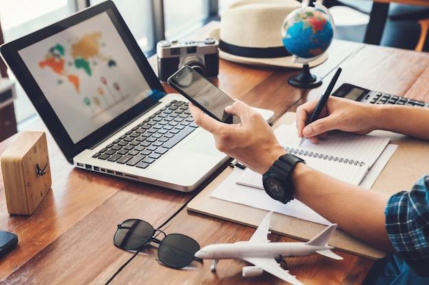 Hombres jóvenes que planean un viaje de vacaciones y buscan información