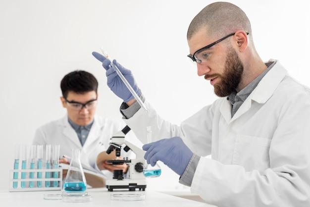 Hombres en el laboratorio haciendo experimentos.
