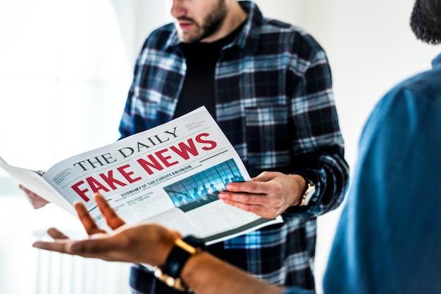 Hombres leyendo periódico aislado sobre fondo blanco