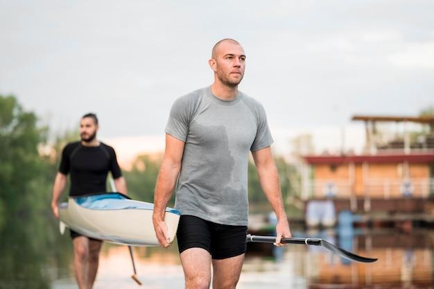 Hombres llevando una canoa