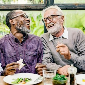 Los hombres mayores relajan el estilo de vida que cena concepto