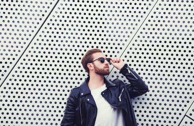 Hombres de moda cool en chaqueta de cuero