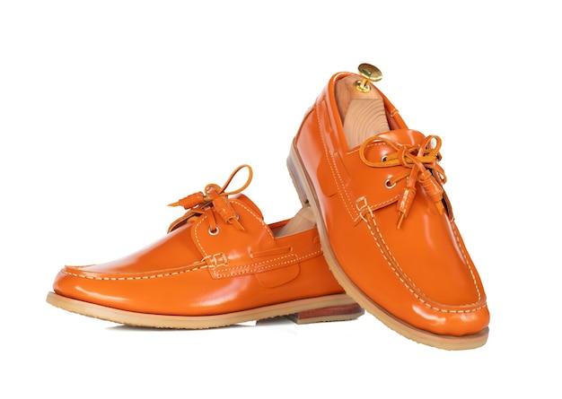 Los hombres moda zapatos de barco de cuero naranja aislados. trazado de recorte