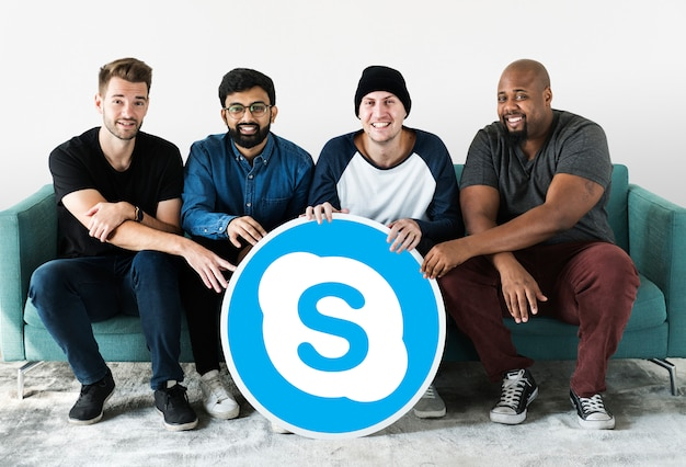 Hombres mostrando un icono de skype