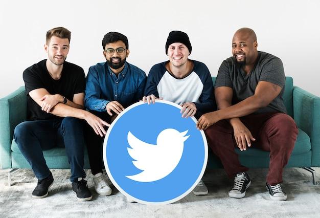 Hombres mostrando un icono de twitter
