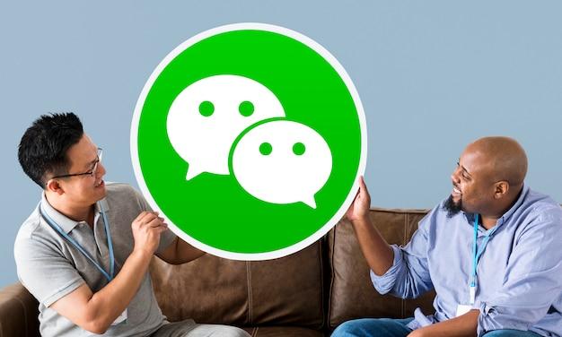 Hombres mostrando un ícono de wechat