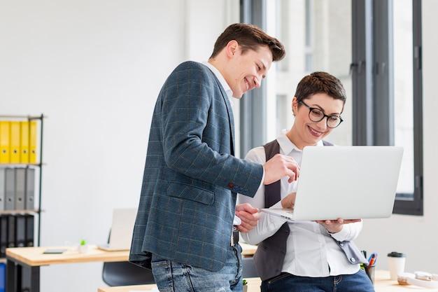 Hombres y mujeres adultos felices de trabajar juntos