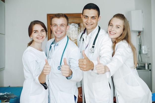 Hombres y mujeres en batas de hospital sostienen equipos médicos en sus manos