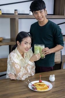 Hombres y mujeres beben té verde helado