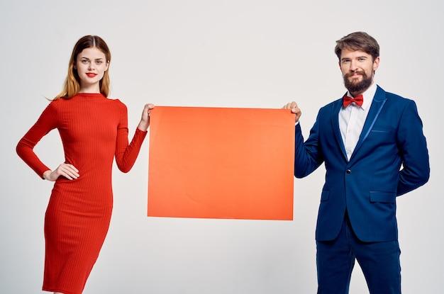Hombres y mujeres divertidos un cartel de presentación publicitaria.