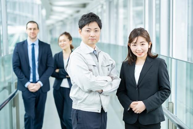 Hombres y mujeres del equipo de negocios en trajes y ropa de trabajo