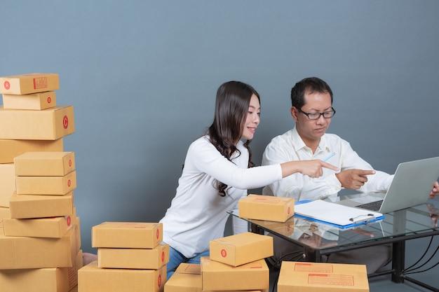 Hombres y mujeres están ayudando a empacar las cajas.