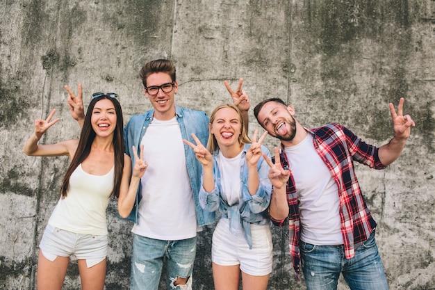 Hombres y mujeres felices y positivos posando al aire libre