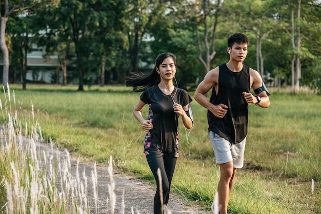 Hombres y mujeres hacen ejercicio corriendo.