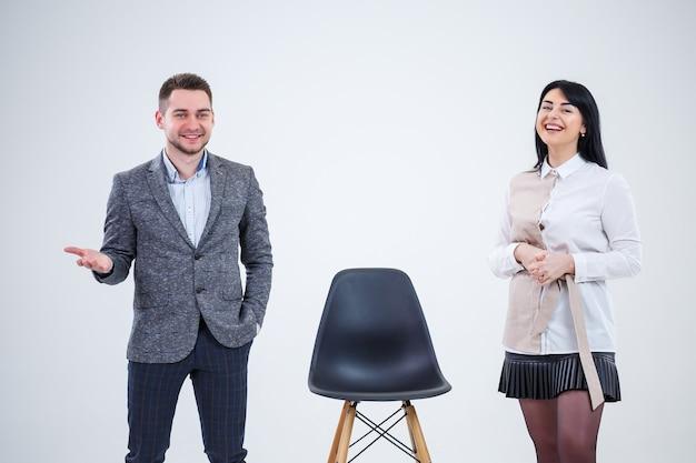 Hombres y mujeres de negocios, los profesores invitan a los especialistas a trabajar. creación de un nuevo proyecto empresarial.