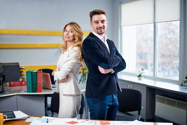 Hombres y mujeres socios de negocios posando