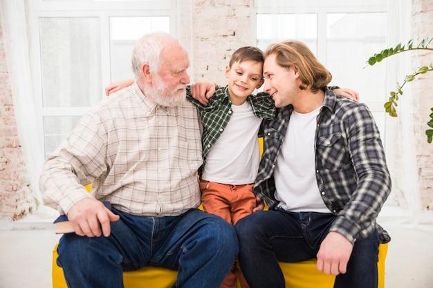 Hombres multigeneracionales abrazándose con amor.