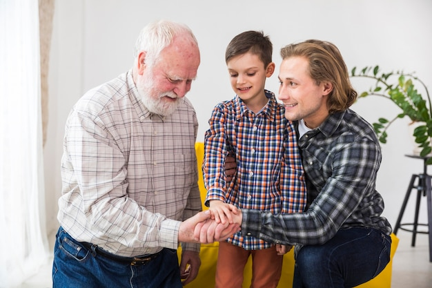 Hombres multigeneracionales demostrando unidad.