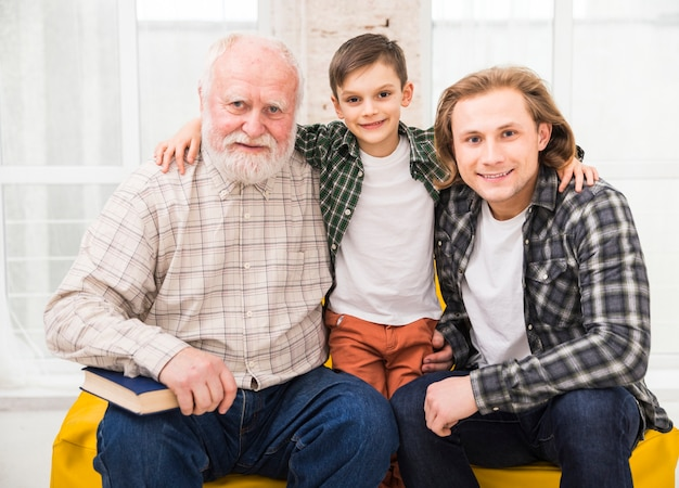 Hombres multigeneracionales mirando a cámara