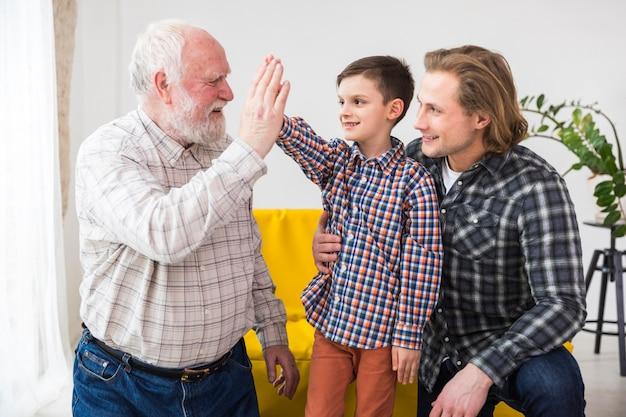 Hombres multigeneracionales pasando tiempo juntos.