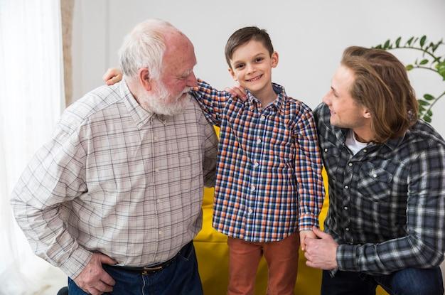 Hombres multigeneracionales sonriendo alegremente juntos