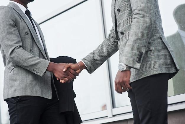 Hombres de negocios afroamericanos exitosos después de firmar el contrato.