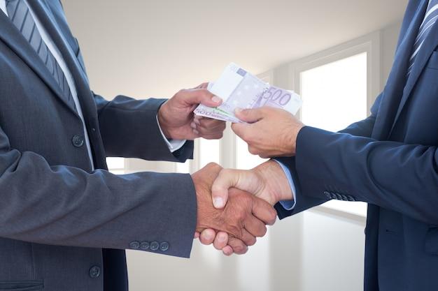 Hombres de negocios con billetes