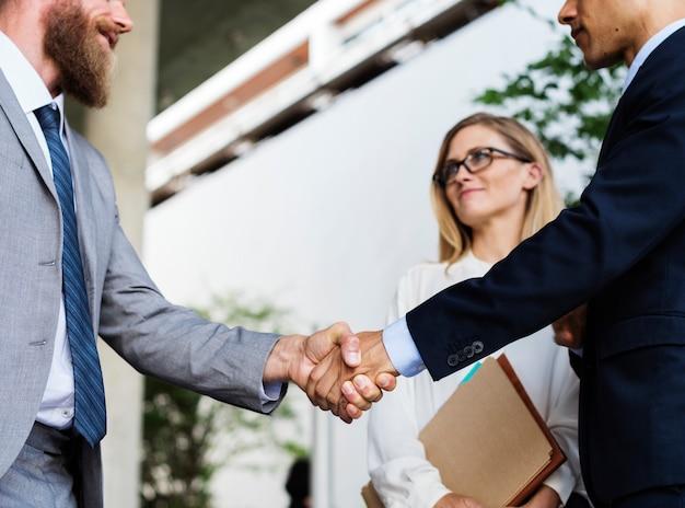 Hombres de negocios dándose la mano en acuerdo