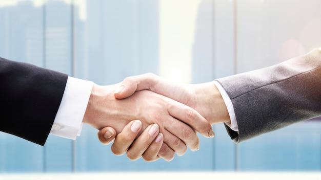 Hombres de negocios dándose la mano