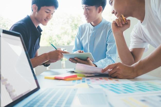 Hombres de negocios y diseñadores que se inspiran en el equipo de reunión.