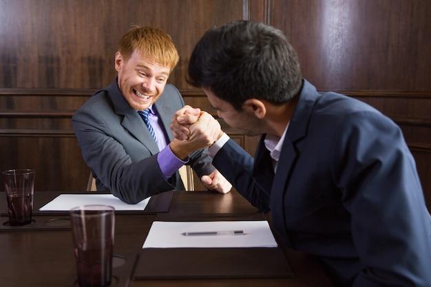 Hombres de negocios echando un pulso